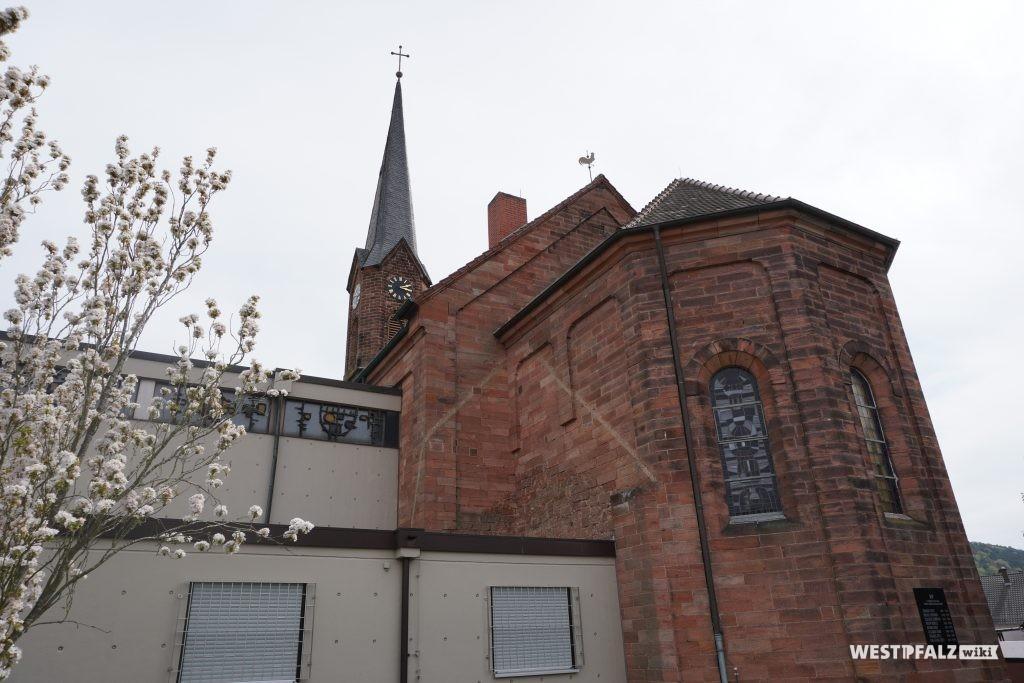 Rückansicht der katholischen Kirche in Bruchmühlbach