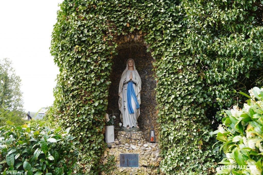 Mariengrotte bei der katholischen Kirche in Bruchmühlbach