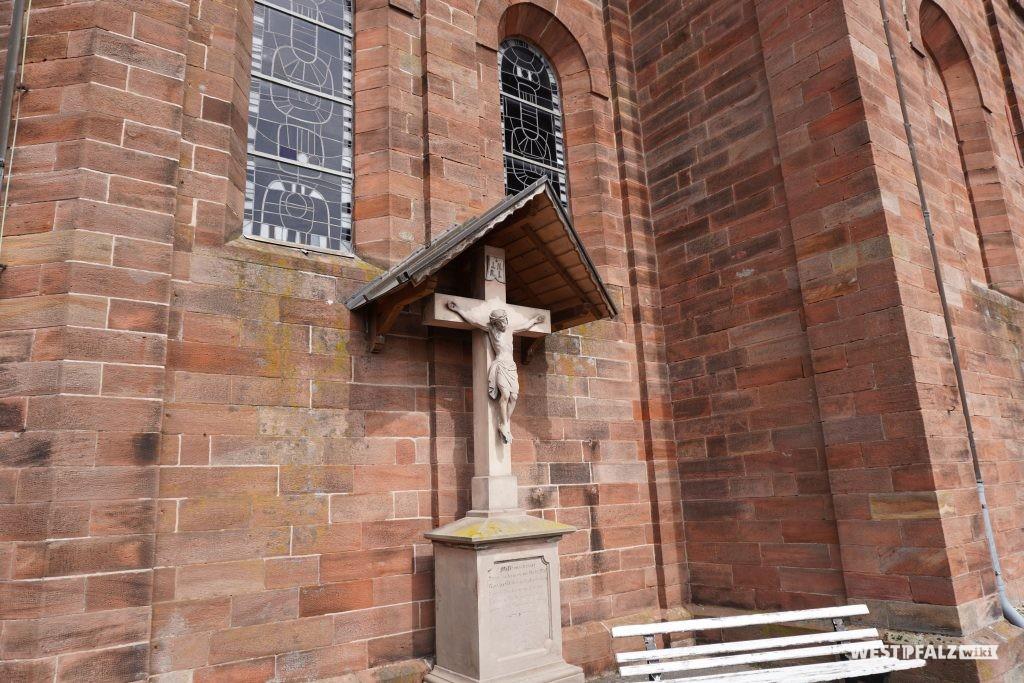 Kruzifix an der katholischen Kirche in Bruchmühlbach