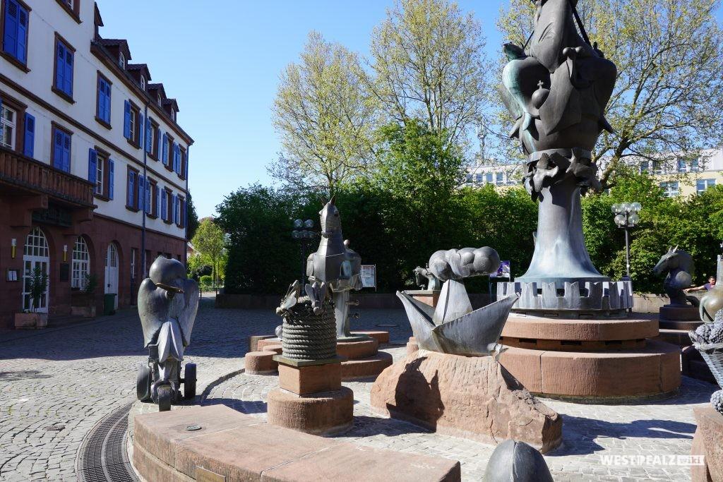 Bienenstock, Auswandererschiff und Pferderüstung auf dem Kaiserbrunnen Kaiserslautern