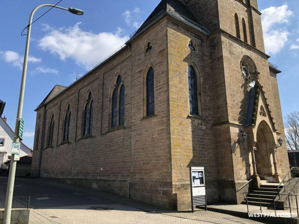 Seitenschiff der katholischen Kirche in Schallodenbach