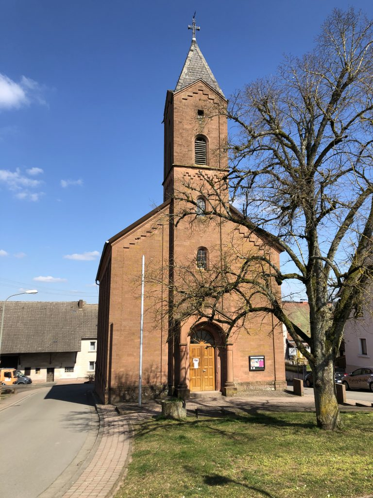 Katholische Kirche in Schneckenhausen mit der Dorflinde
