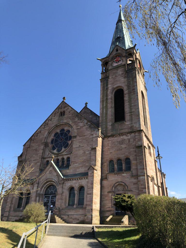 Frontansicht mit Hauptportal der protestantischen Kirche in Weilerbach