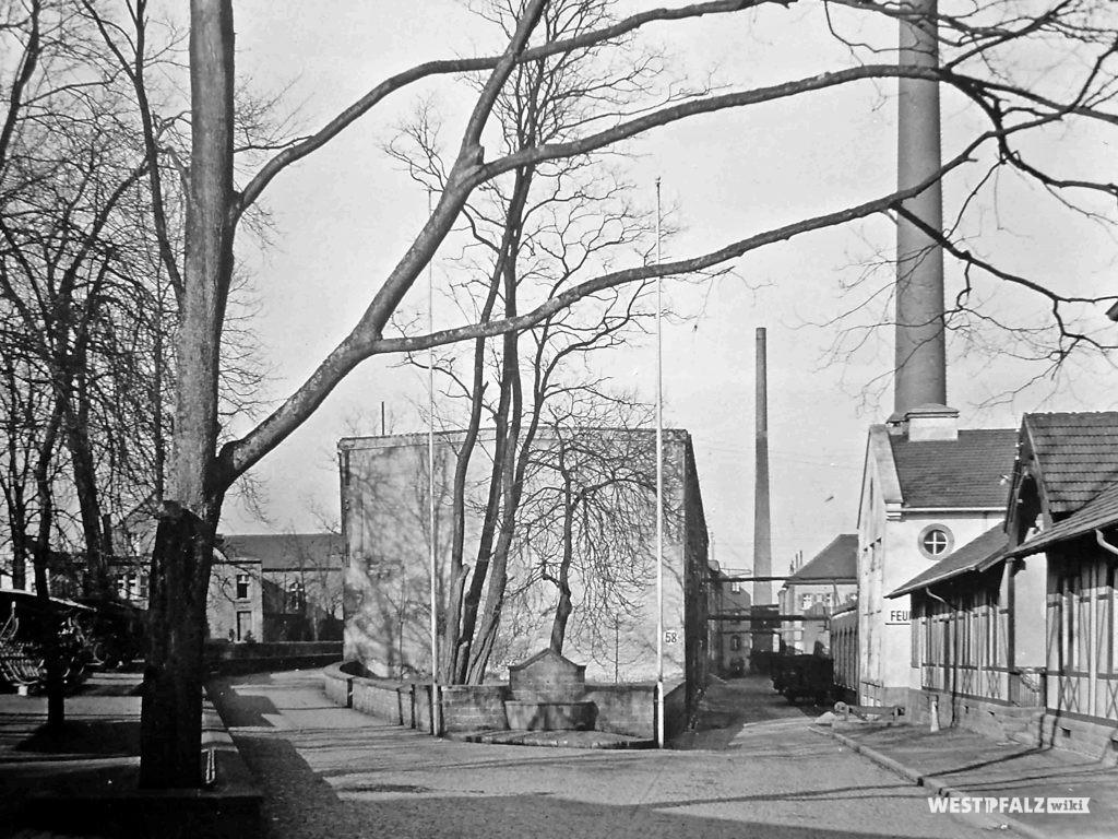 Spinnerei Lampertsmühle - Werkseinfahrt mit Brunnen