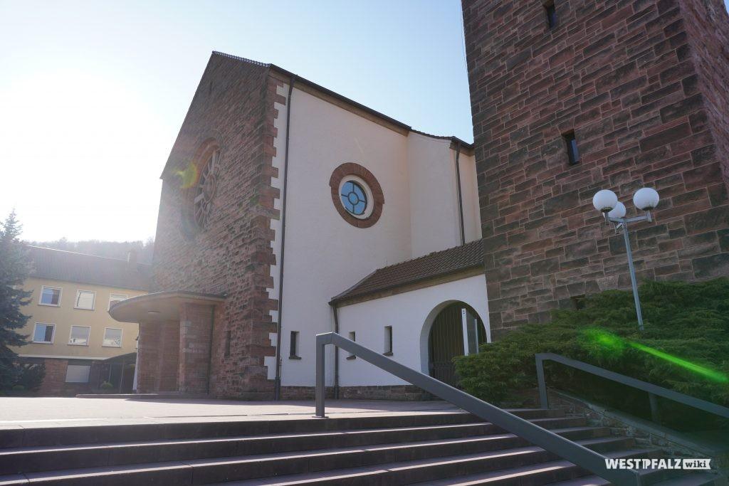 Eingang zur Heilig-Geist-Kirche