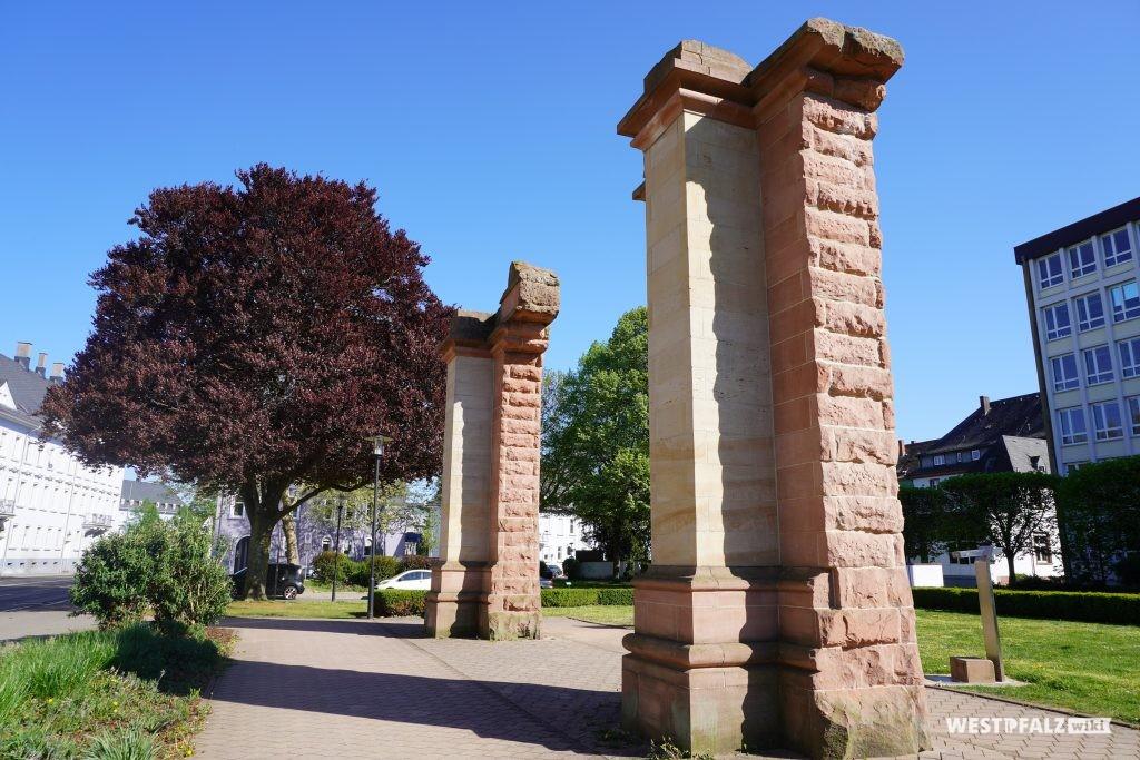 Frontansicht der rekonstruierten Säulen