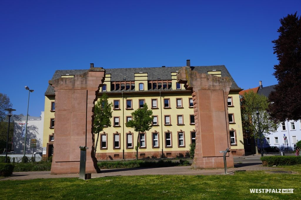 Rekonstruierte Säulen des Nordportals