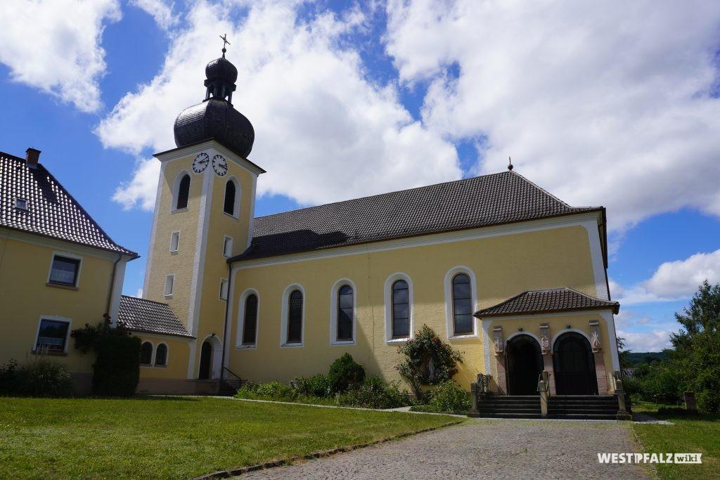 Frontansicht der katholischen Kirche in Kottweiler-Schwanden
