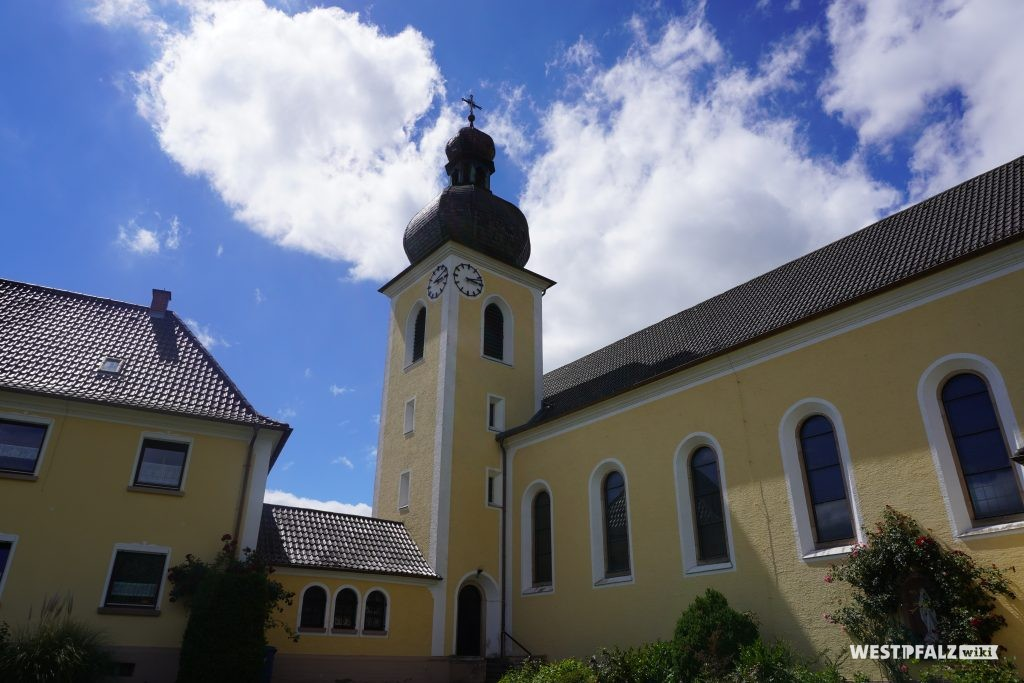 Kirchturm der katholischen Kirche in Kottweiler-Schwanden