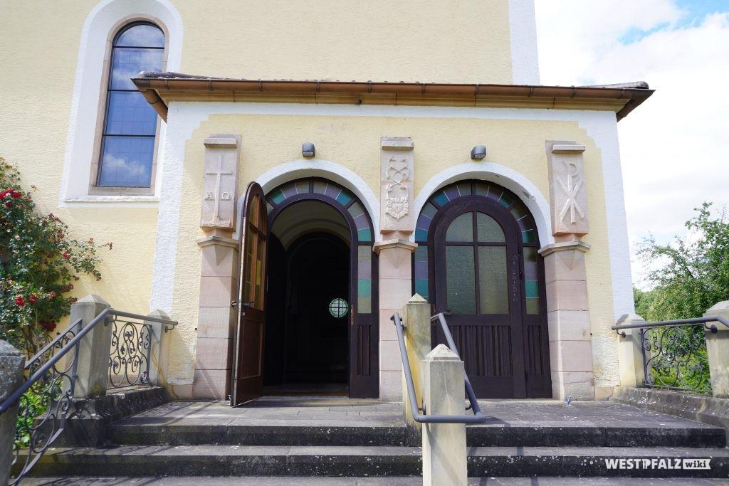 Eingangsbereich der katholischen Kirche in Kottweiler-Schwanden
