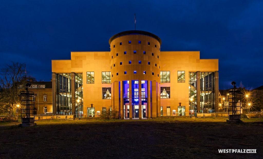 Pfalztheater bei Nacht