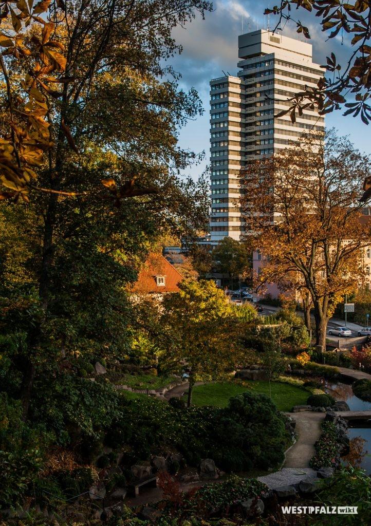 Blick auf das Rathaus in Kaiserslautern vom Japanischen Garten aus