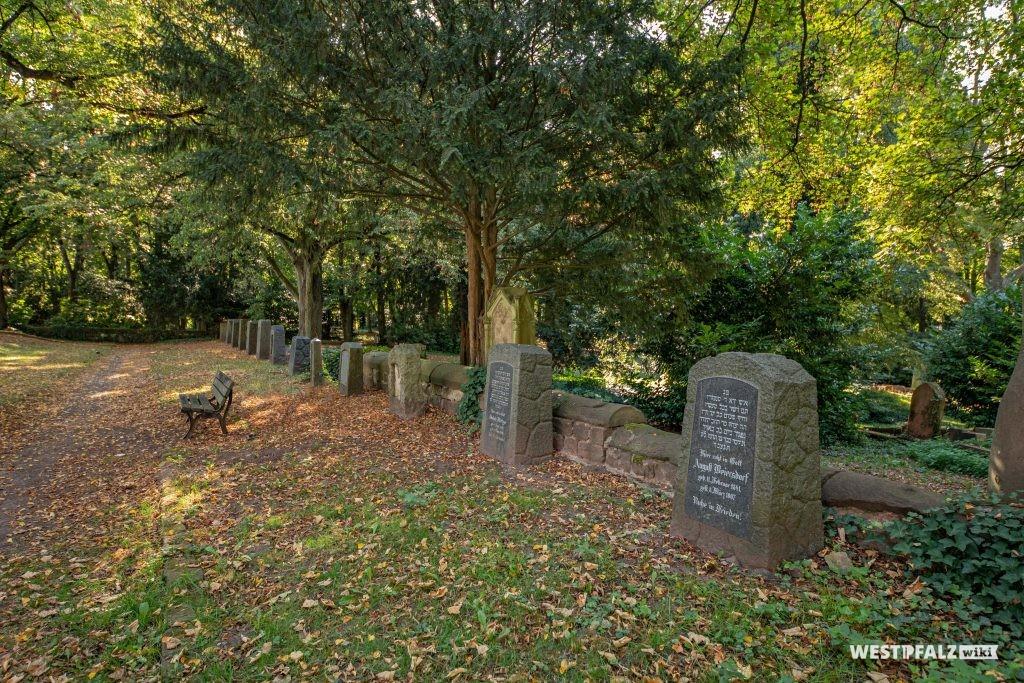 Erhaltene Grabmäler auf dem Alten Friedhof in Pirmasens