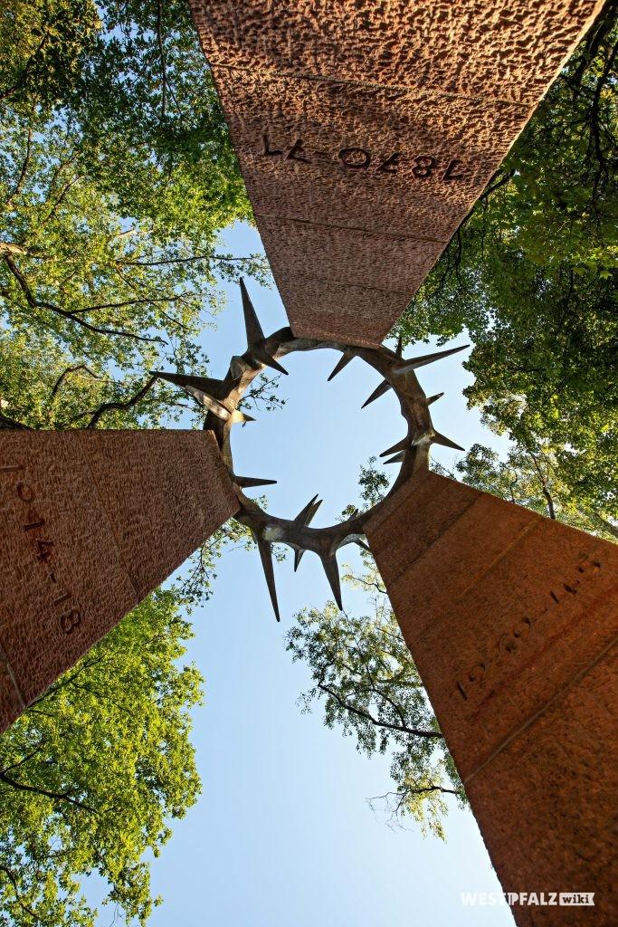 Denkmal, für die drei Kriege 1870/1871, 1914 – 1918 und 1939 – 1945, von dem pfälzischen Bildhauer Gernot Rumpf