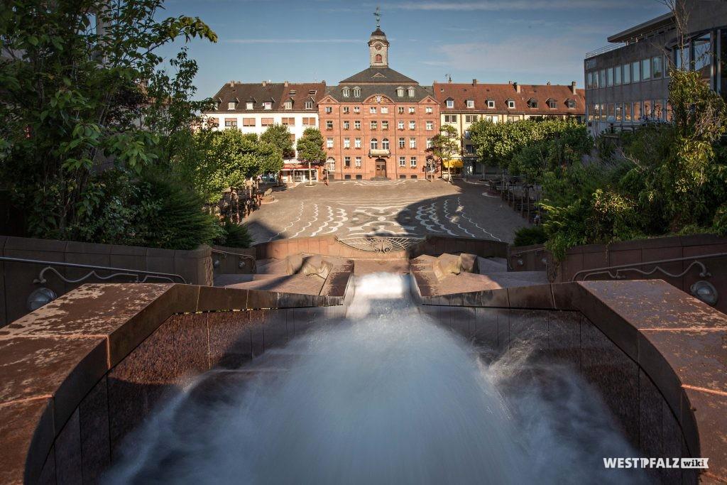 Blick von den Schlosstreppen auf das Alte Rathaus