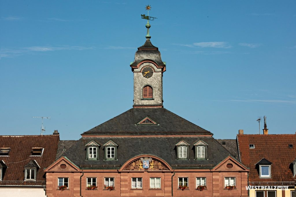 Blick auf den zentralen Glockenturm auf dem gewalmten Mansardddach