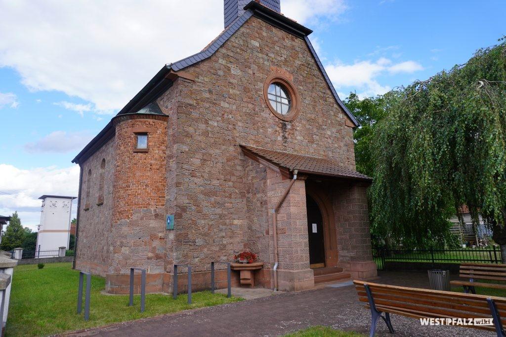 Frontansicht der katholischen Kirche in Schwedelbach