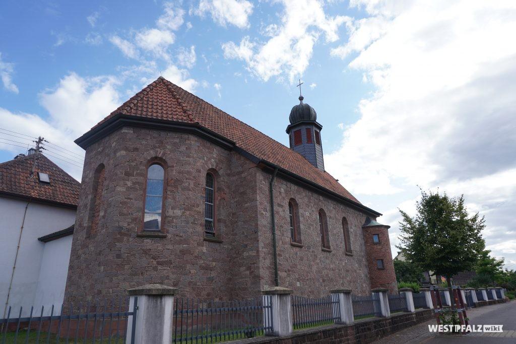 Rückansicht der katholischen Kirche in Schwedelbach