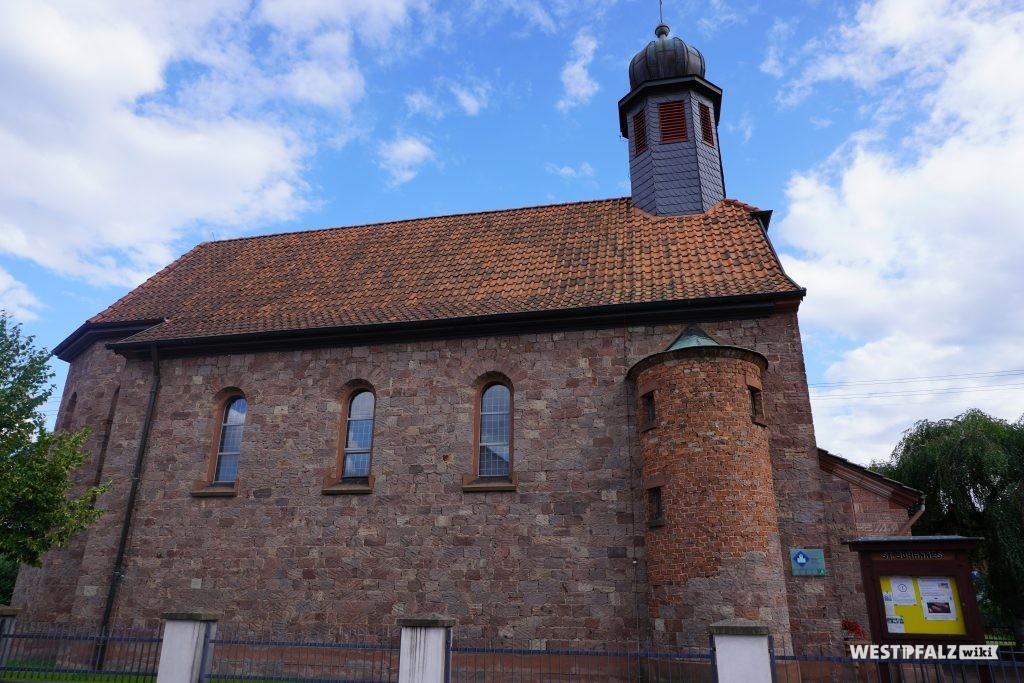Seitenansicht der katholischen Kirche in Schwedelbach