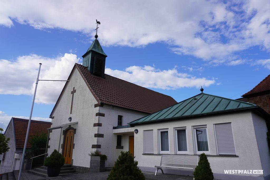 Die protestantische Kirche in Schwedelbach mit Gemeindesaal