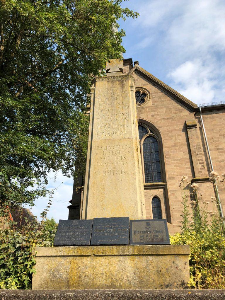 Kriegerdenkmal vor der protestantischen Kirche in Heimkirchen