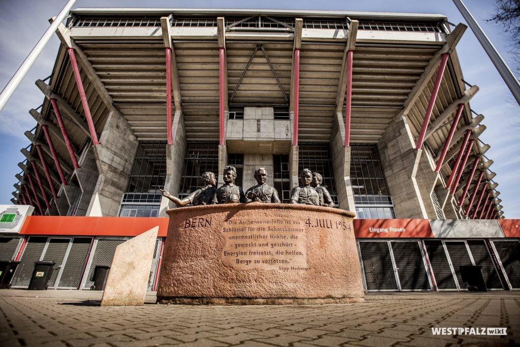 """""""Helden von Bern"""" Denkmal vor dem Fritz-Walter-Stadion"""