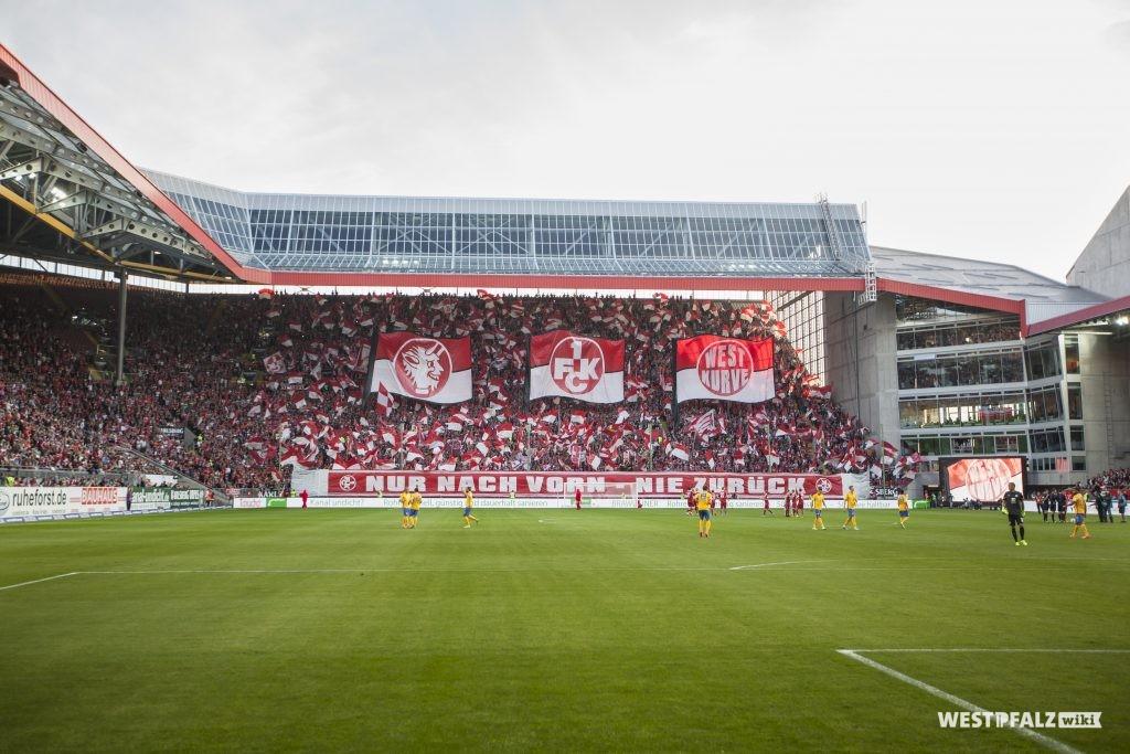 Blick aufs Spielfeld des Fritz-Walter-Stadions