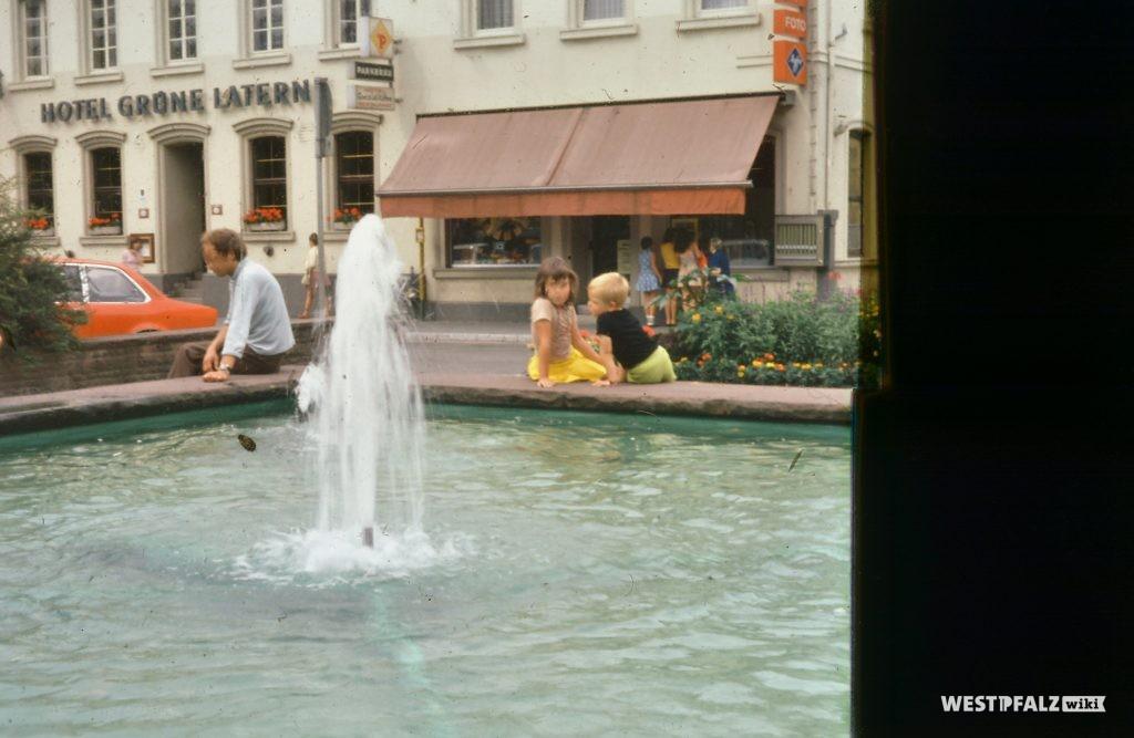 Springbrunnen auf dem Alten Markt in Landstuhl um 1977