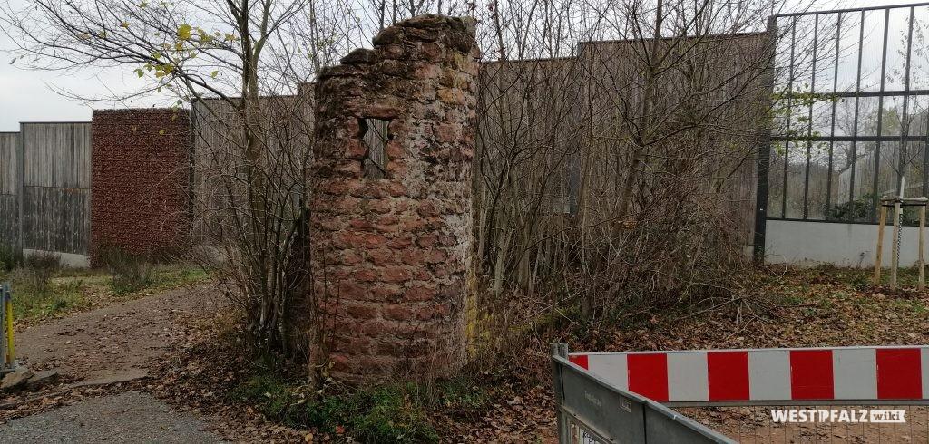 Reste des Caesarparks an der Lärmschutzwand der Autobahn 6