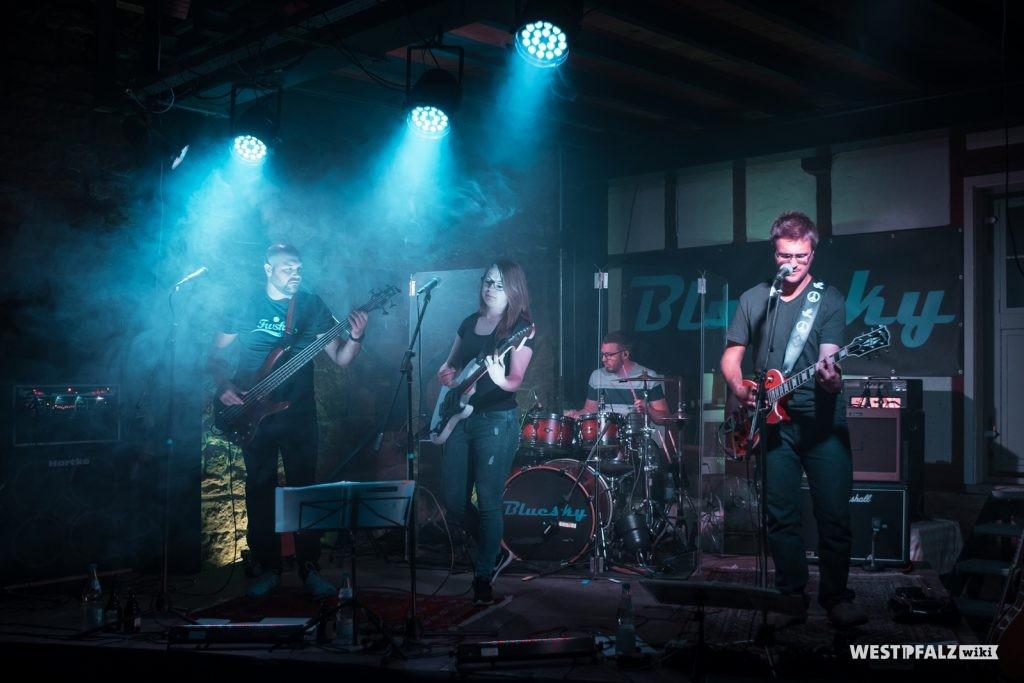 Konzert der Band Bluesky in der Scheune des Bauernhauses