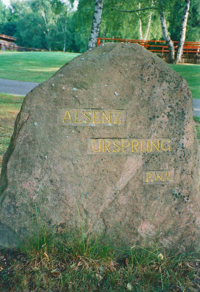 """Ritterstein Nr. 285 in Alsenborn mit der Inschrift """"Alsenz Ursprung"""""""