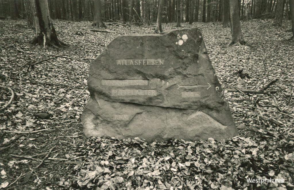 "Ritterstein Nr. 296 mit der Inschrift ""Atlasfelsen – Loogfelsen – Mittelalter – 200m"""