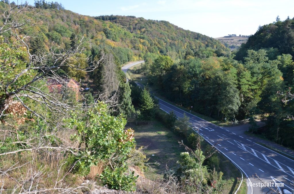 Heutiger Blick vom ehemaligen Felsengarten auf die heutige B48