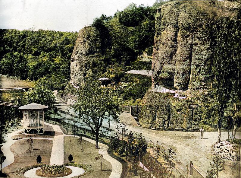 Früherer Blick auf den Engels- und Teufelsfels mit Felsengarten sowie dem nördlichen Garten des Herrenhauses im Vordergrund