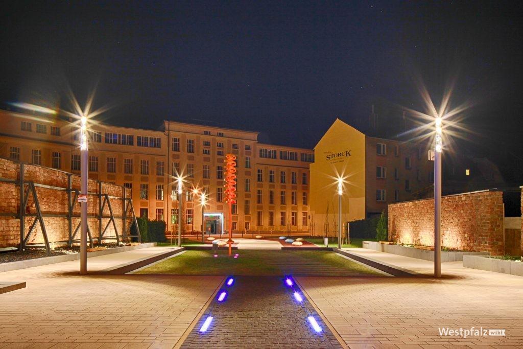 Die ehemalige Schuhfabrik Rheinberger bei Nacht