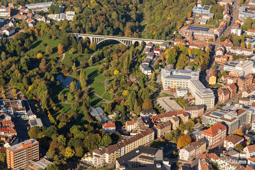 Luftaufnahme von der ehemaligen Schuhfabrik und dem anschließenden Strecktalpark. Im Hintergrund die Streckbrücke