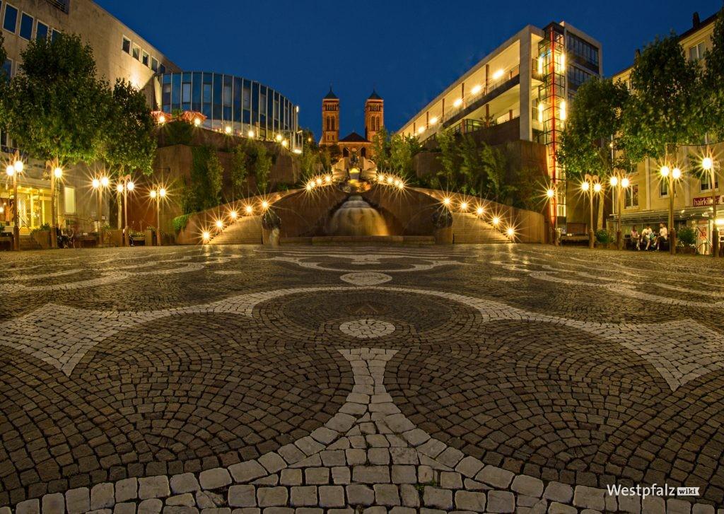 Schlossplatz- und brunnen bei Nacht