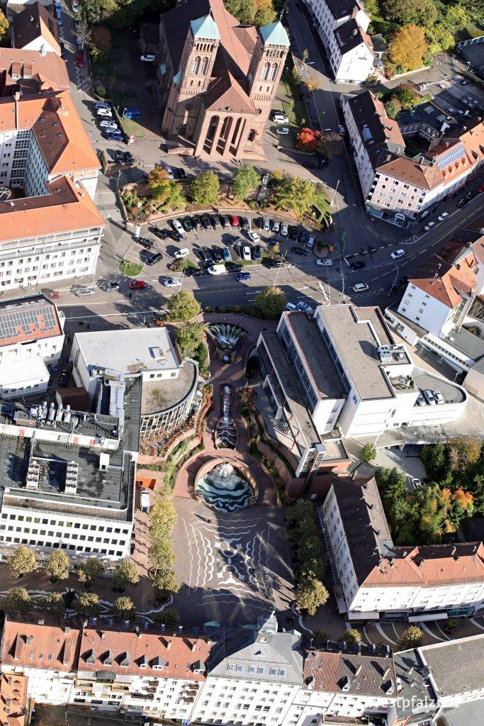 Luftaufnahme des Schlossplatzes- und brunnens sowie der Priminiuskirche